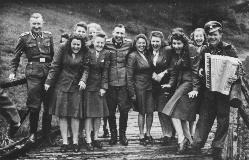 Höcker, Adjutant des KZ-Kommandanten und seine SS- Mädels