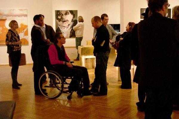 Der Kölner Performance-Künstler Thomas F. Fischer (Köln) im Gespräch mit Daniel Baker (London); im Hintergrund ein Gemälde von Lita Cabellut (Barcelona/Amsterdam). 3/28