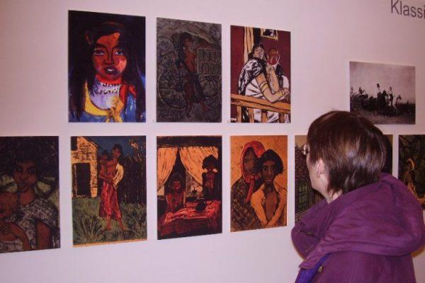 Ausschnitt aus der Wand: Deutsche Expressionisten und ihr Zigeunerbild; hier Repros von Gemälden aus Kölner Museen.