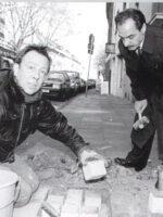 Demnig verlegt Steine im Griechenmarktviertel, assistiert vom damaligen Geschäftsführer des Rom e.V. Herrn Sefedin Jonuz