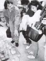 Kurt Holl vom Vorstand des Rom e.V. erläutert Lehrerinnen aus Spanien (selbst Gitanas) die Produktion der Stolpersteine im Atellier von Gunter Demnig